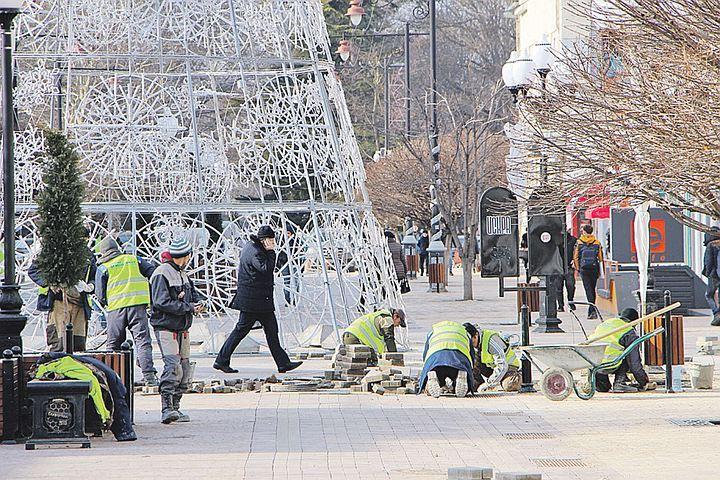 Скандал с плиткой, которой выложили пешеходные улицы Симферополя, попал даже в новости федеральных каналов и на страницы московских газет. В России еще никогда не клали плитку так плохо. Рекорд.