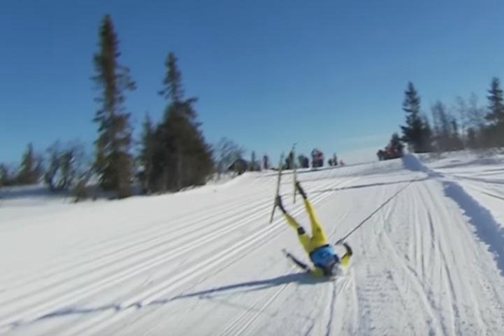 Двукратного чемпиона мира впроцессе гонки сбил снегоход оператора