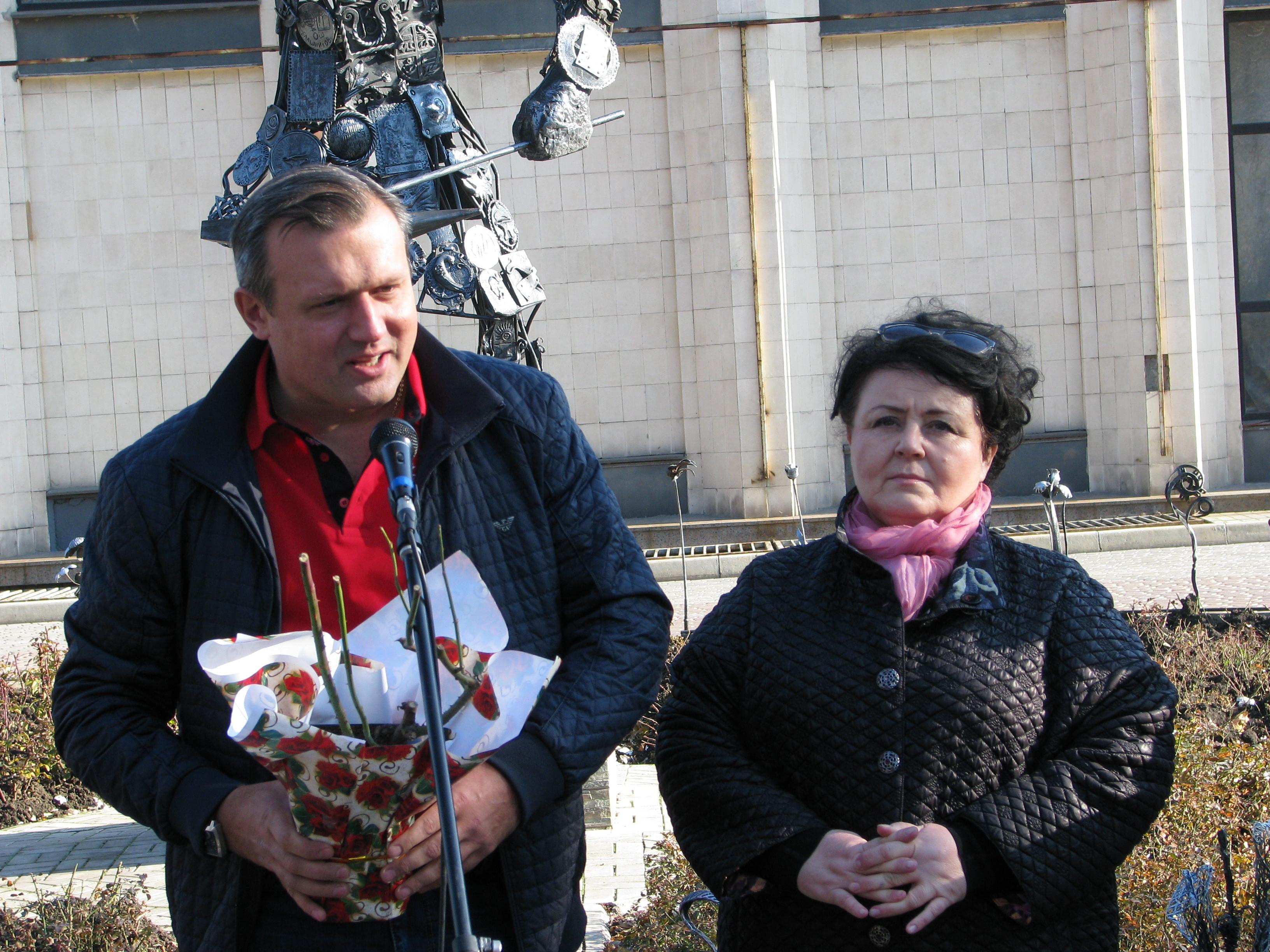 Алексей Кулемзин передал кусты роз через Валентину Григорьеву.