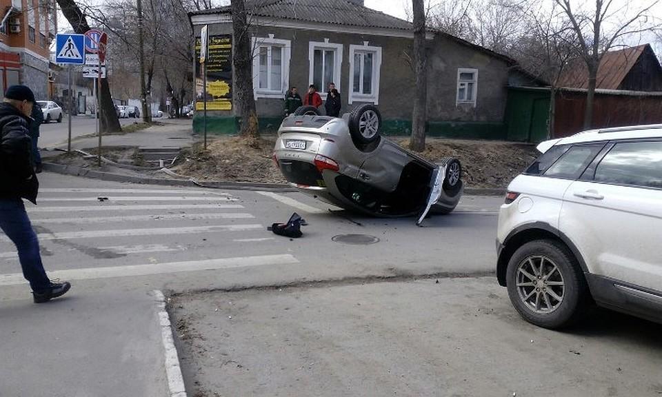 Вцентре Воронежа врезультате дорожно-траспортного происшествия перевернулась «Лада»