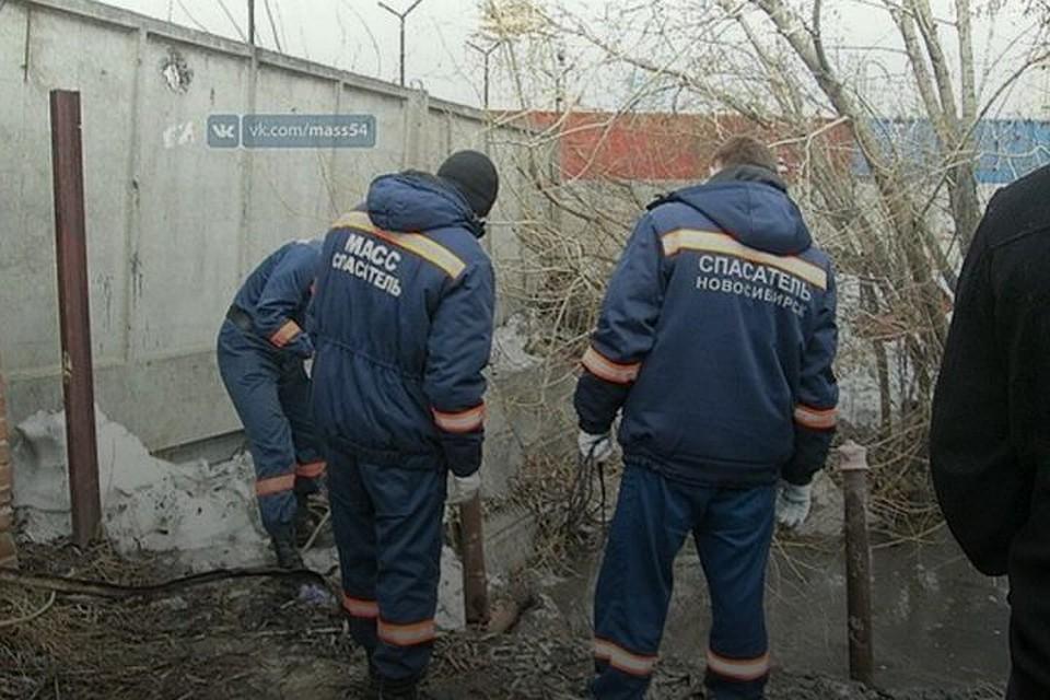 ВНовосибирске cотрудники экстренных служб извлекли вмерзшее влед мужское тело