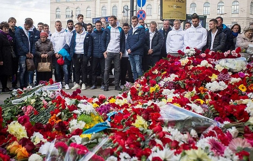 Футболисты «Зенита» возложили цветы устанции петербургского метро, где произошёл взрыв