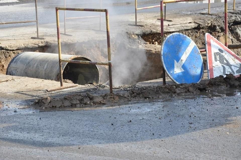 Вмикрорайоне Гидростроителей устраняют порыв канализационной трубы