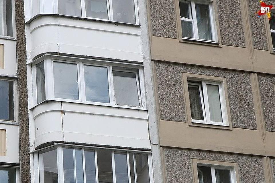 Москвичка выпала изокна вПетербурге