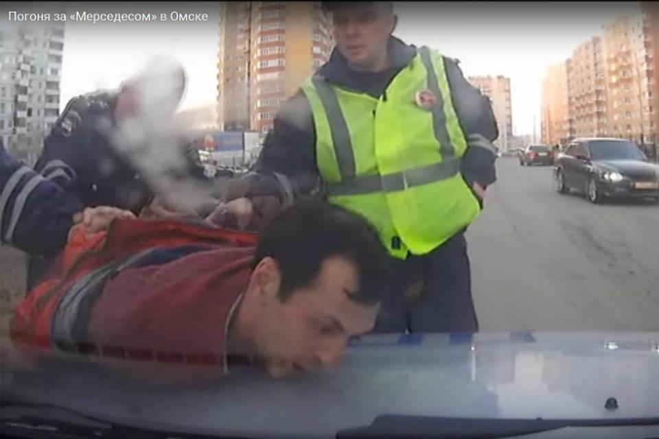 ВОмске нетрезвый  шофёр  ипассажиры убежали  издвижущегося «Мерседеса»