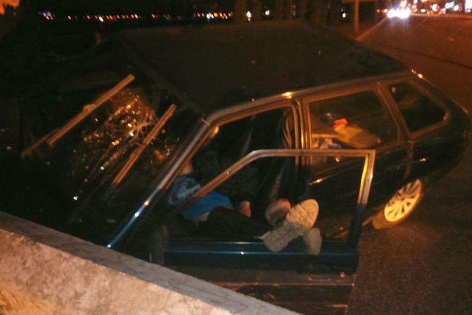 Шофёр снес столб наОктябрьской набережной и заснул