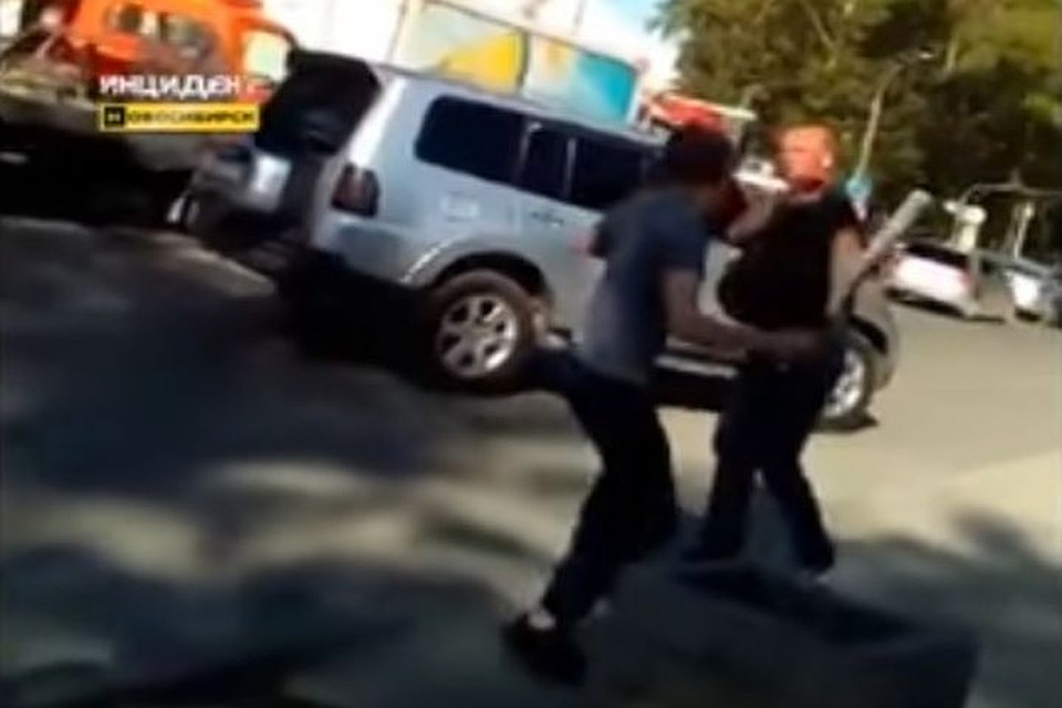 Шофёр сбитой атаковал перебегавшего дорогу пешехода