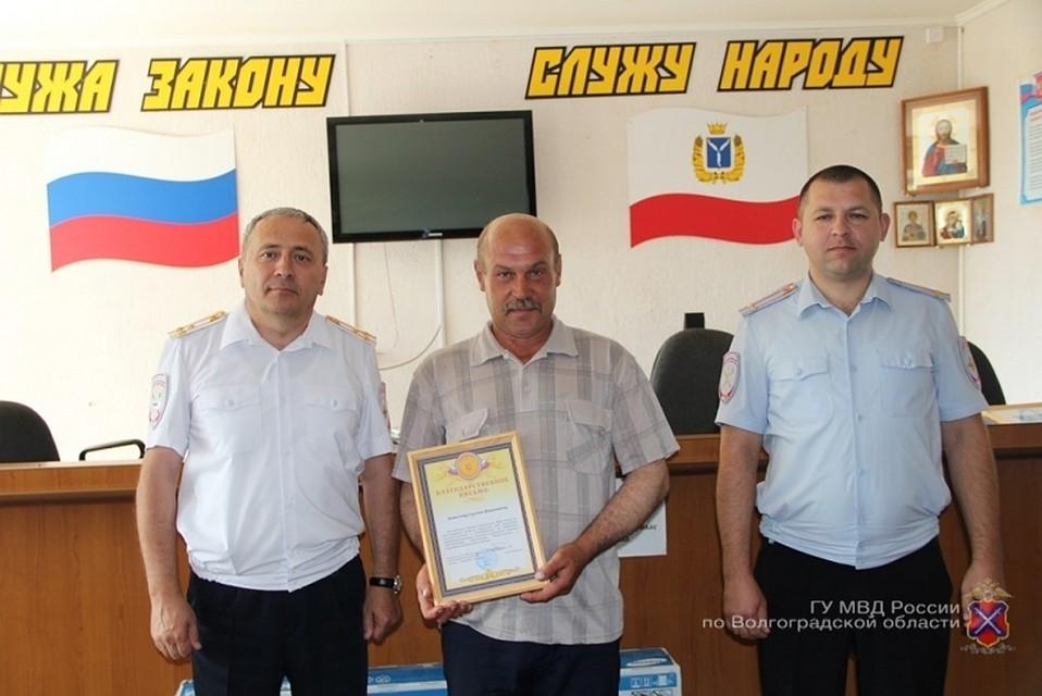 Двоих мужчин наградили запомощь при задержании преступников ювелирного магазина города Камышина