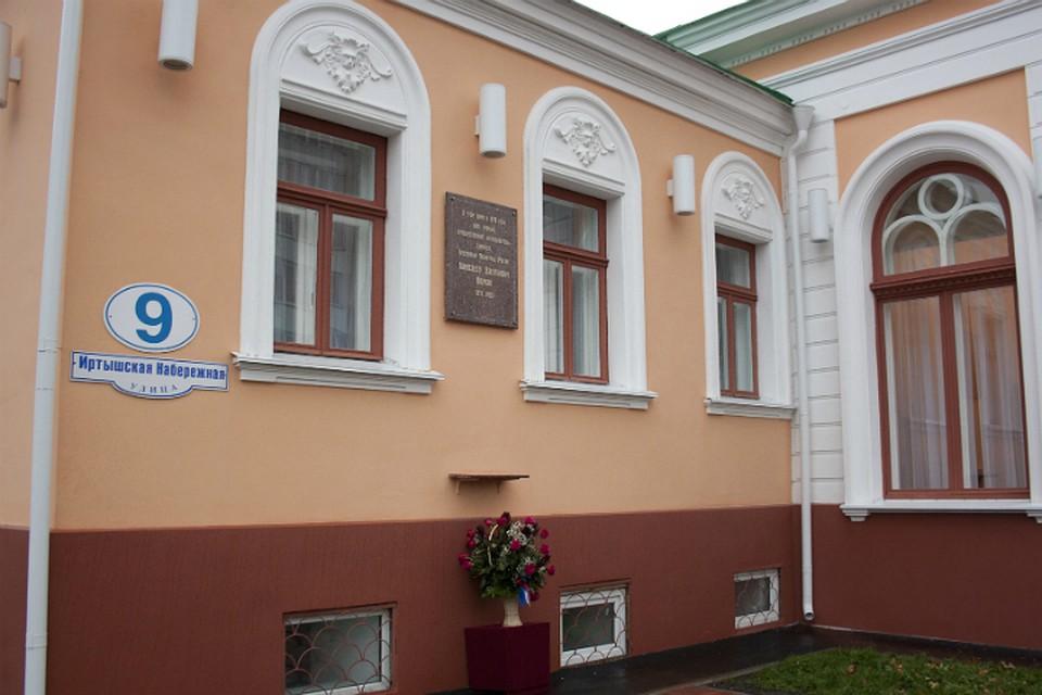 Омичам наэкскурсии обещали показать дом, где хранился золотой запас Колчака
