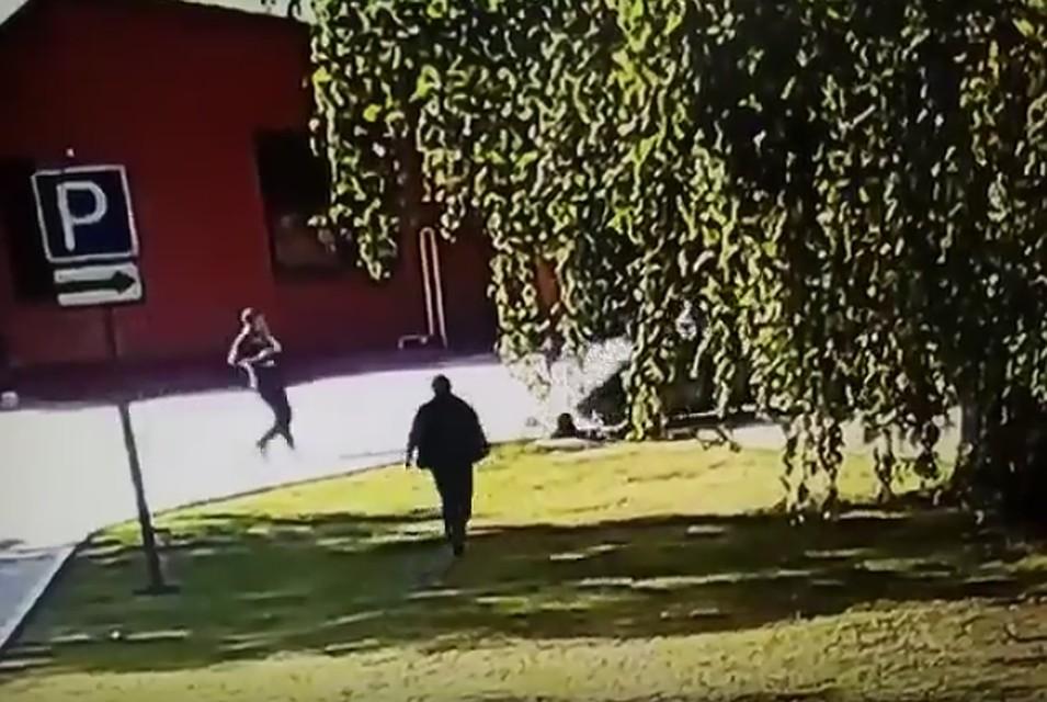 Вглобальной сети появилось видео, как женщина-водитель переехала рабочего, вылезавшего излюка