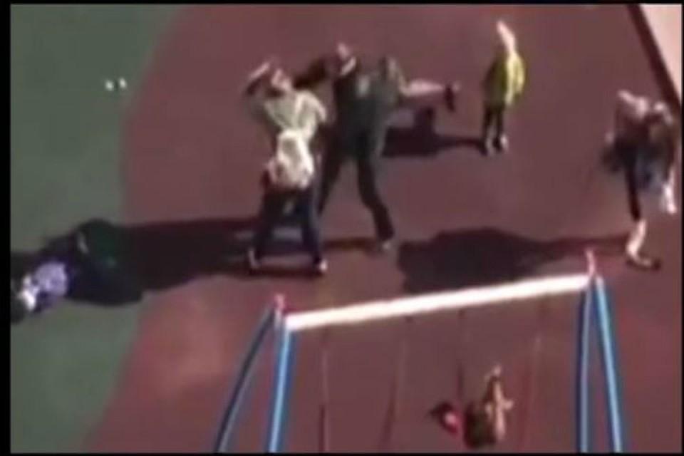 СКзадержал девушку, пнувшую ребенка вголову надетской площадке вПетербурге