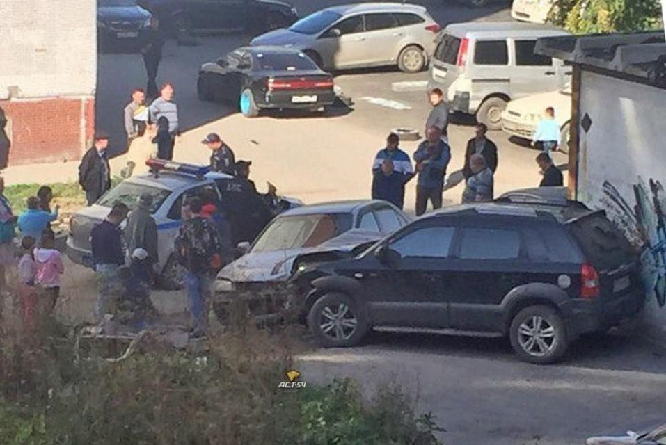 Жертвами нетрезвого  гонщика стали 4 автомобиля имолодая девушка вНовосибирске