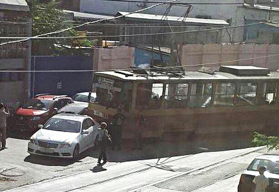 Ростов: впереулке Крепостном сошел срельсов трамвай