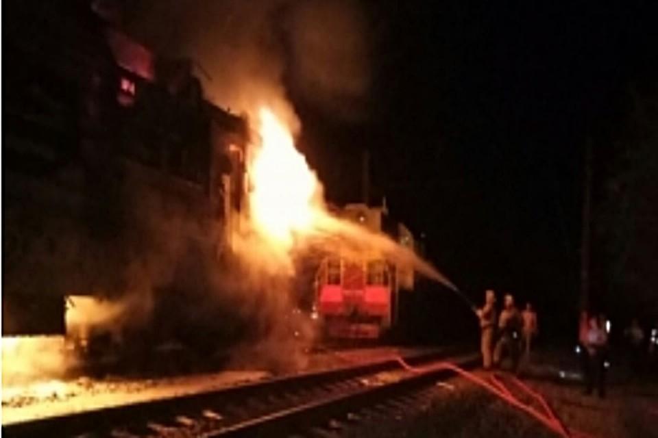Движение 8-ми  поездов вКраснодарском крае остановили  из-за пожара натоварняке