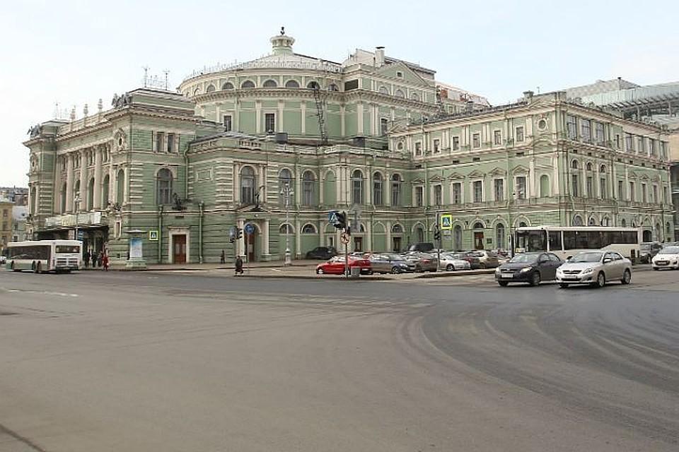 Уехал накарете скорой помощи изМариинского театра травмированный петербуржец