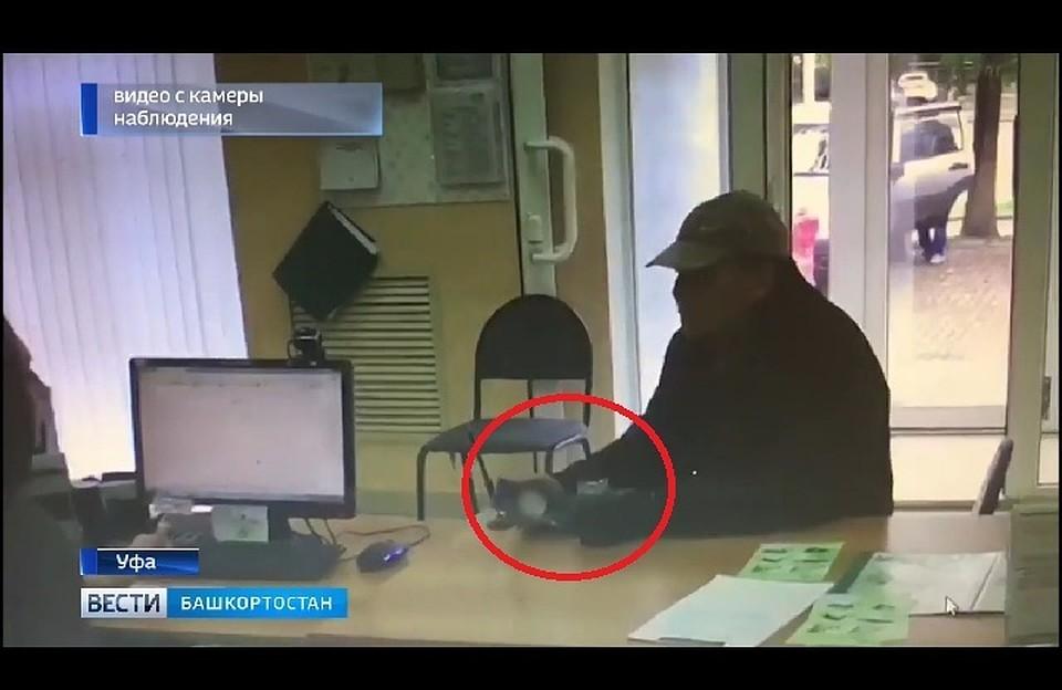 ВУфе мужчина грозил  сотруднице офиса микрозаймов банкой скислотой