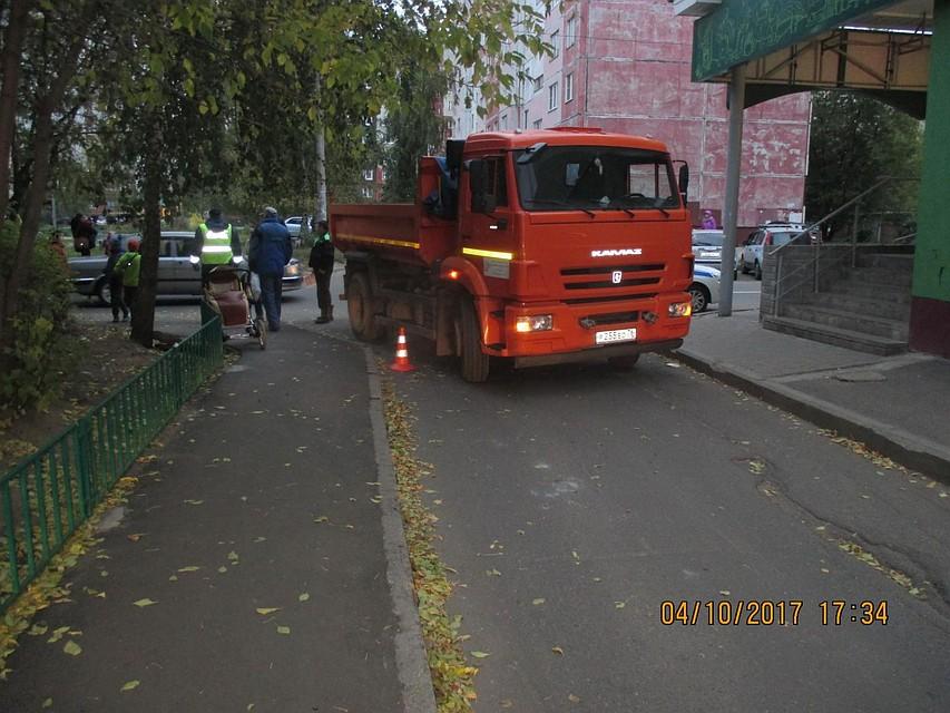 Детскую коляску с сыном сбил КАМАЗ вЯрославле