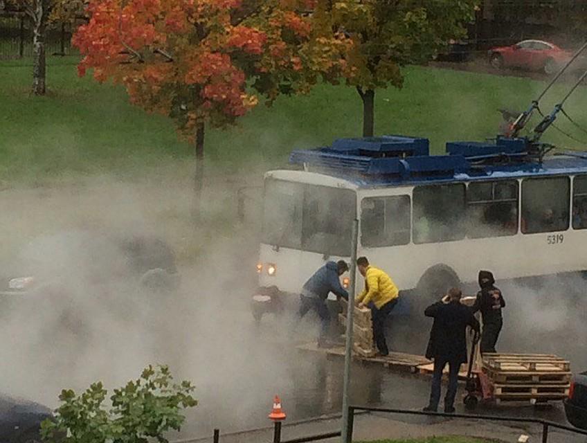 Машины наЕсенина заливает горячая вода. Людей эвакуируют по«понтонам»