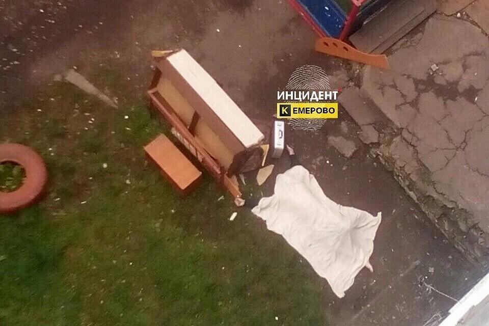 Молодой парень выпал изокна седьмого этажа вКемерово— Жуткое видео