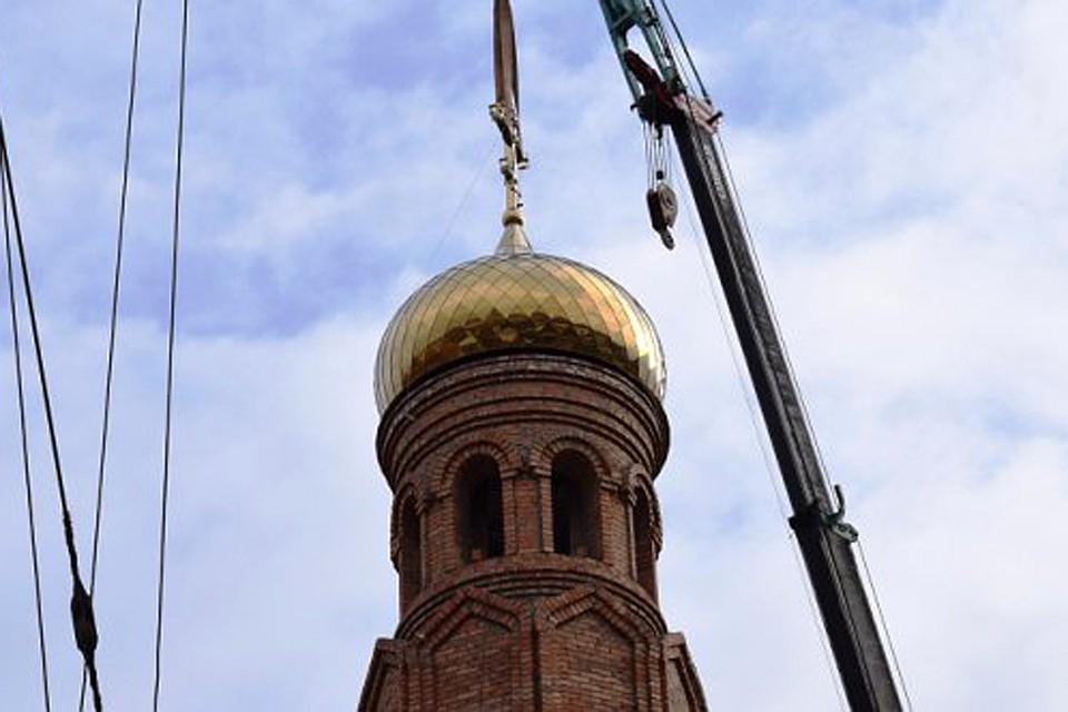 Позолоченные купола подняли нахрам Архангела Михаила вБарнауле
