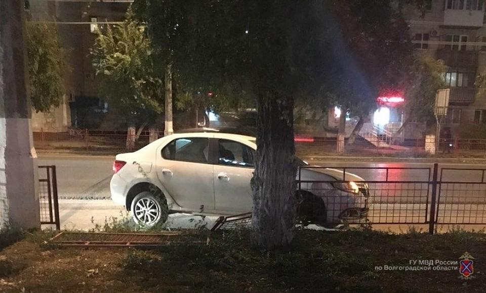 ВВолгограде шофёр Рэно Logan из-за инсульта врезался вограду
