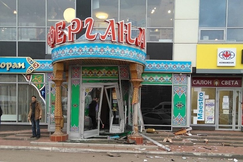 ВЧелнах Ленд-Ровер въехал вресторан узбекской кухни