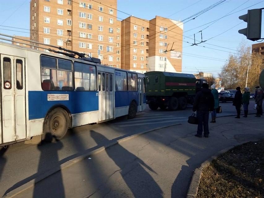 КАМАЗ сцистерной изСызрани оборвал троллейбусную сеть вЧебоксарах