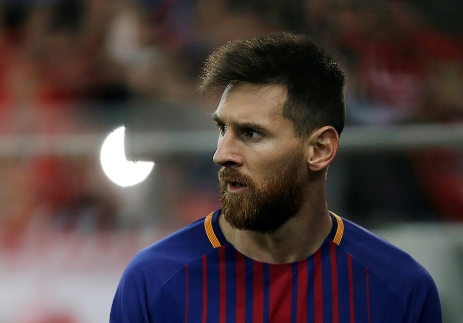 Поклонник поцеловал Месси вовремя матча «Олимпиакос»— «Барселона»