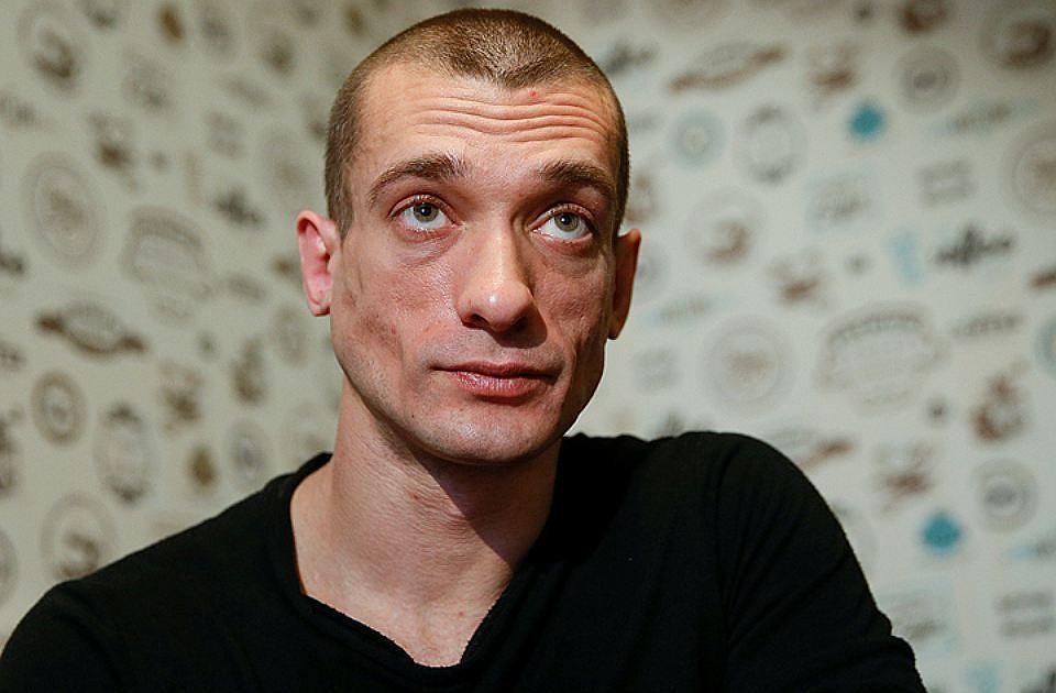 Павленский с супругой остался под арестом