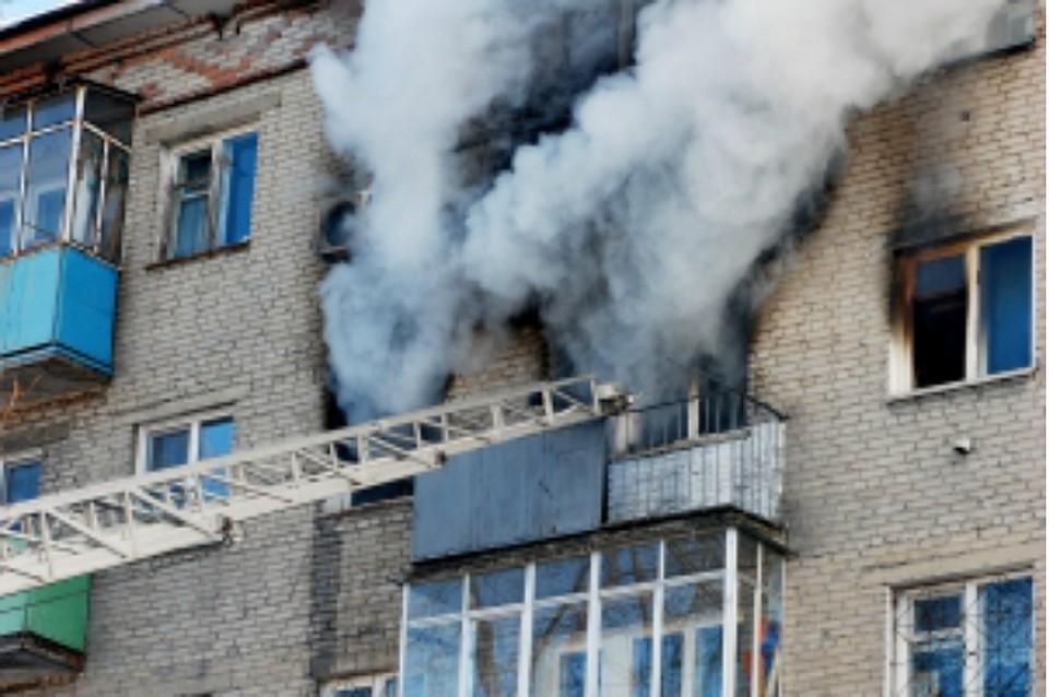 Жильцов пятиэтажного дома эвакуировали из-за пожара вХабаровске