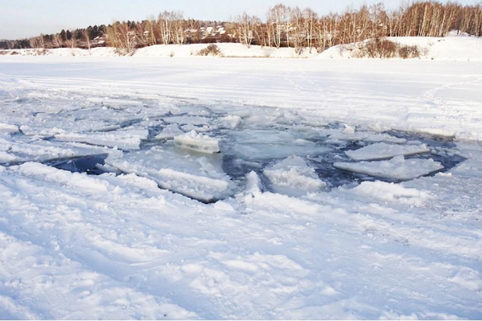 ВХабаровском крае автомобиль стремя рыбаками провалился под лёд