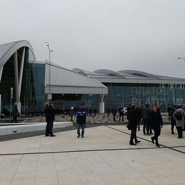 Вместо обещанных автобусов ваэропорт «Платов» пассажиров будут возить маршрутки