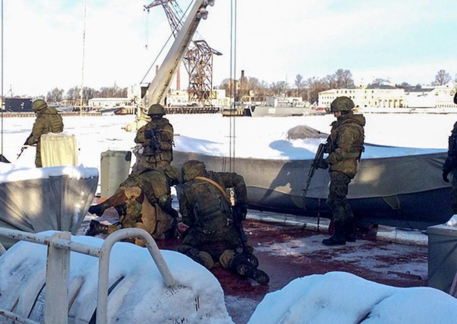 День морской пехоты бойцы ВМФ подчеркнули освобождением корабля отпиратов