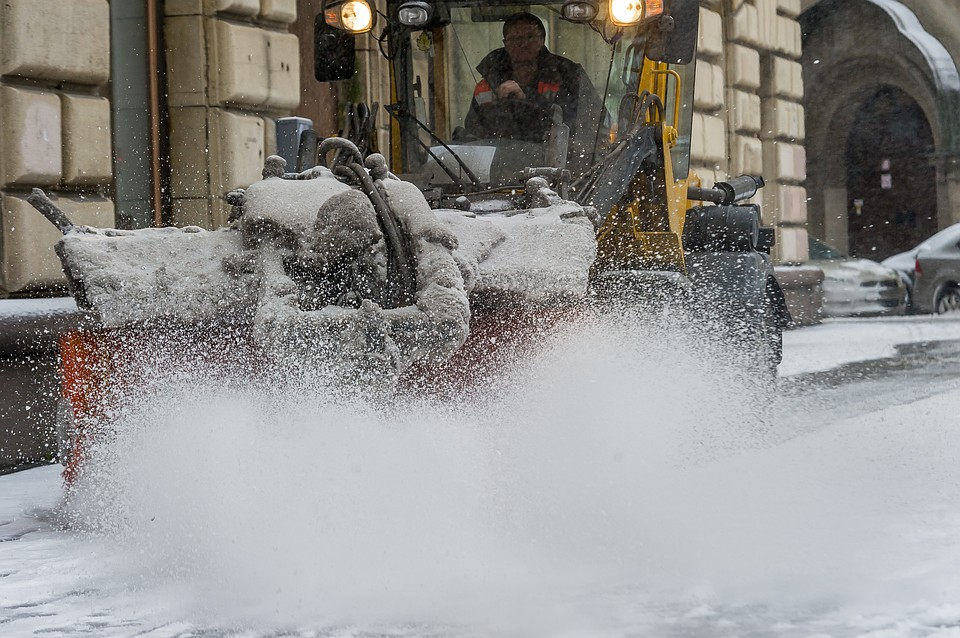 Вночь начетверг дорожники Петербурга усилят работу из-за снегопада