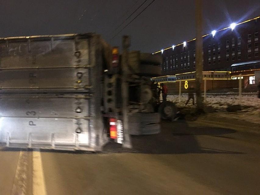 НаФучика грузовой автомобиль снёс столб илёг: есть пострадавшие