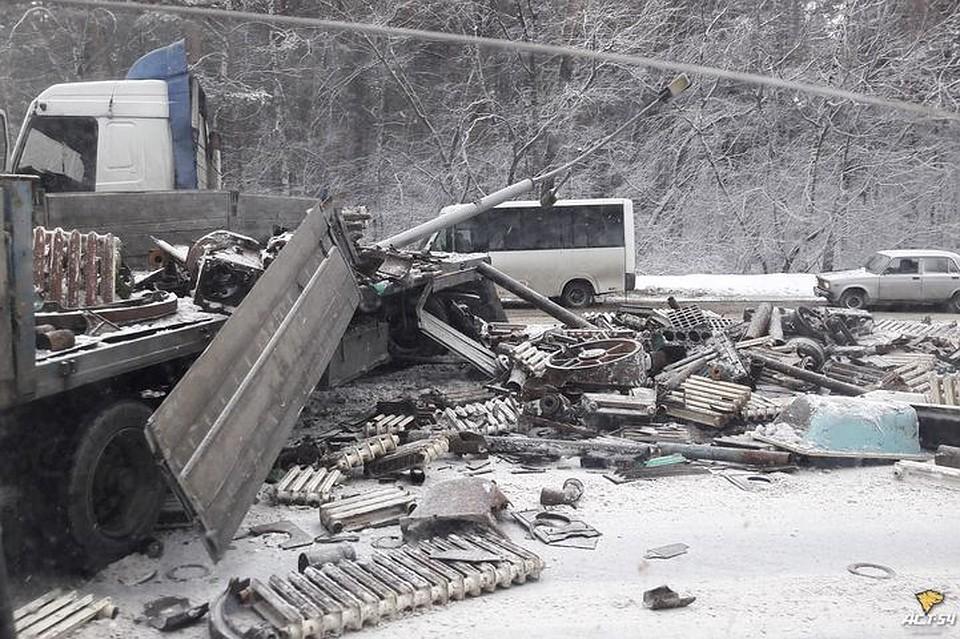 Фуру счугунными батареями развернуло поперёк Бердского шоссе— Ищите объезд