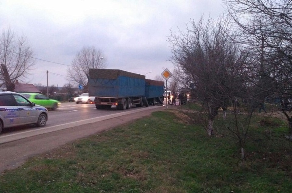 ВТемрюкском районе оторвавшееся колесо КамАЗа попало вженщину