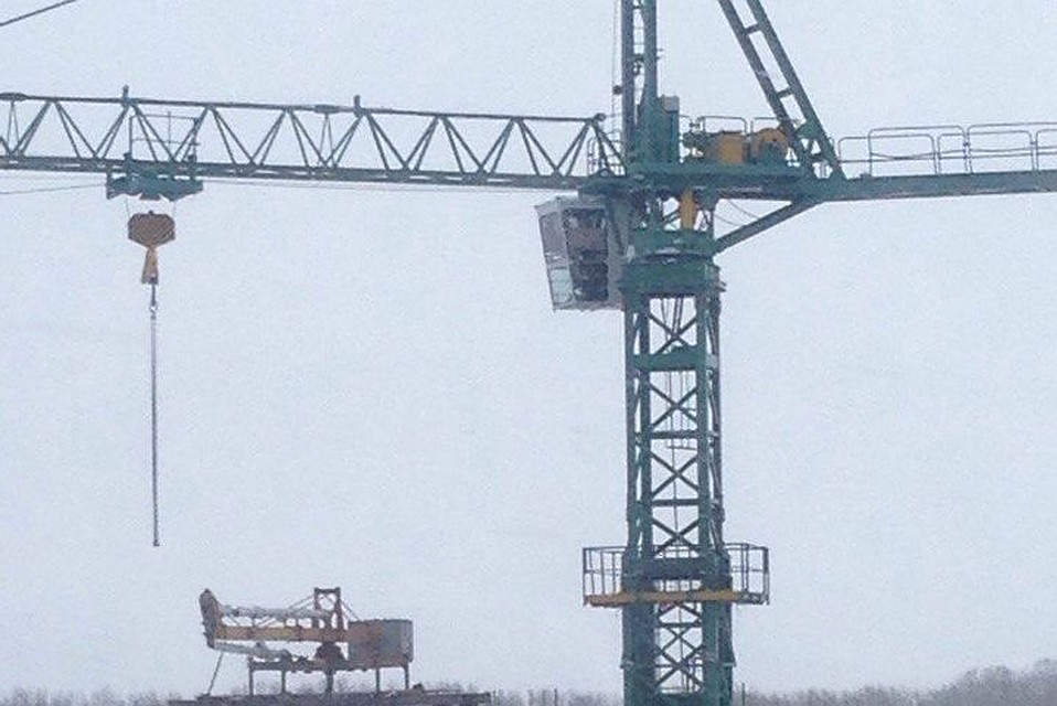 Рабочий стройфирмы вНовосибирске забрался набашенный кран итребует заработную плату