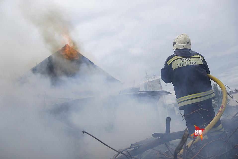 Пожарные вынесли изгорящего вЕкатеринбурге цеха 14 газовых баллонов