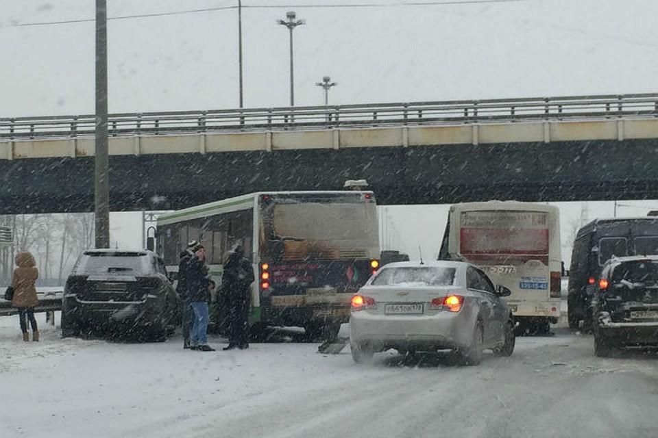 Навыезде изПетербурга автобус спассажирами завалился вкювет