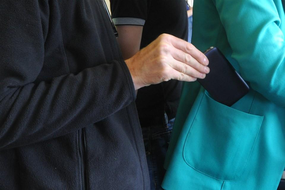 Проверяя содержимое карманов пассажиров маршруток, ростовчанин разбогател на80 тыс. руб.
