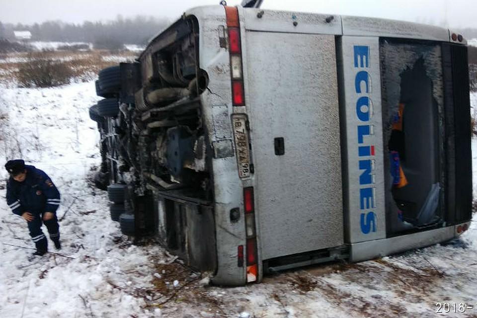 Автобус стуристами попал вДТП вПсковской области, пострадали шесть человек