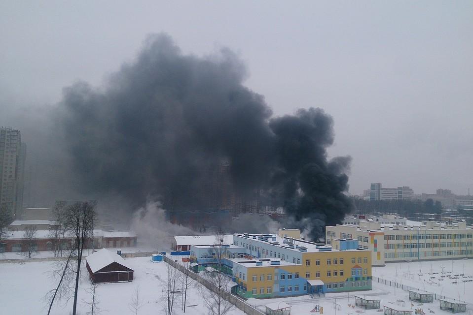 ВКалининском районе Петербурга гасят мощный пожар наскладах