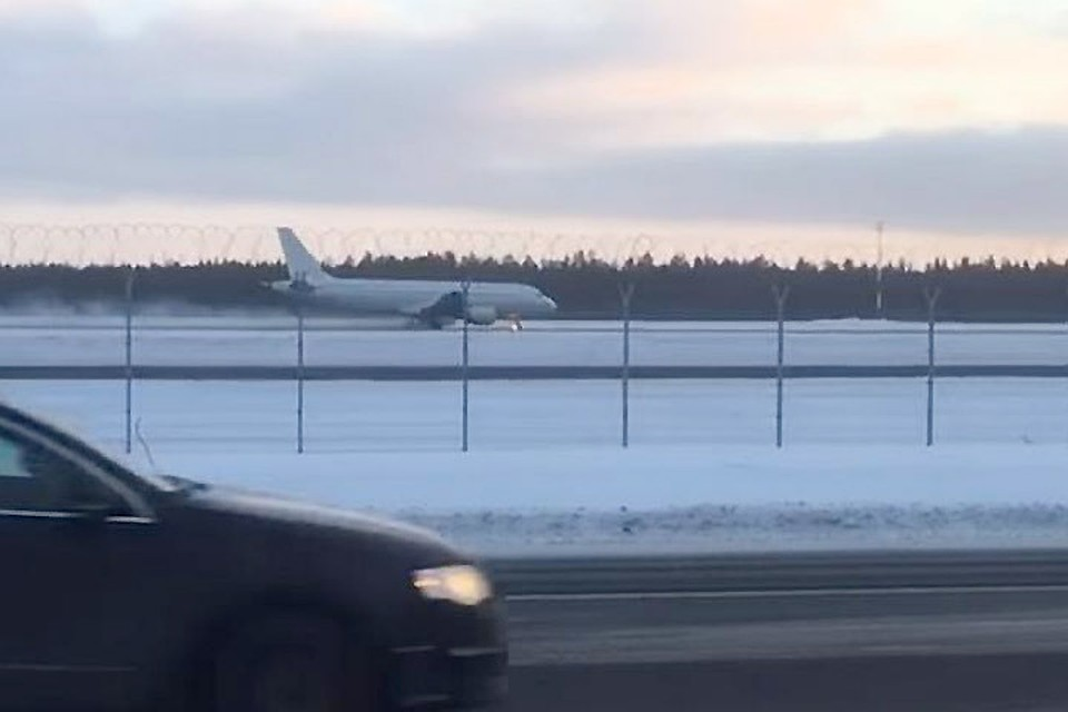 Совершивший аварийную посадку вТаллиннском аэропорту самолет отбуксирован совзлетной полосы
