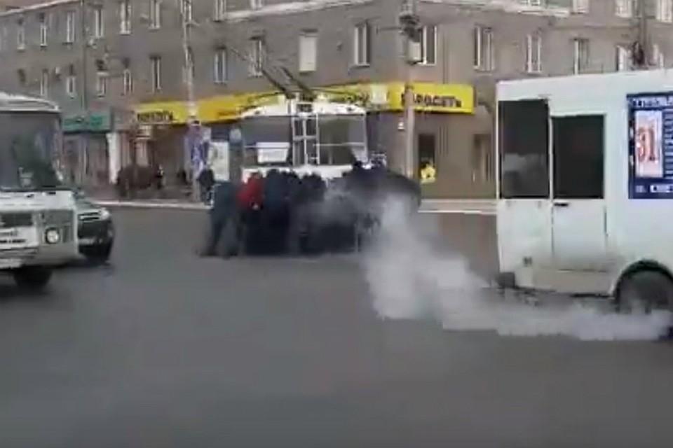 ВОмске пассажиры толкали заглохший вцентре города троллейбус