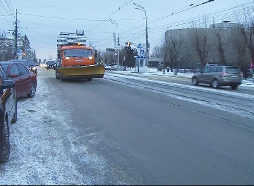 На дорогах Волгограда последствия снегопада устраняют 70 спецмашин