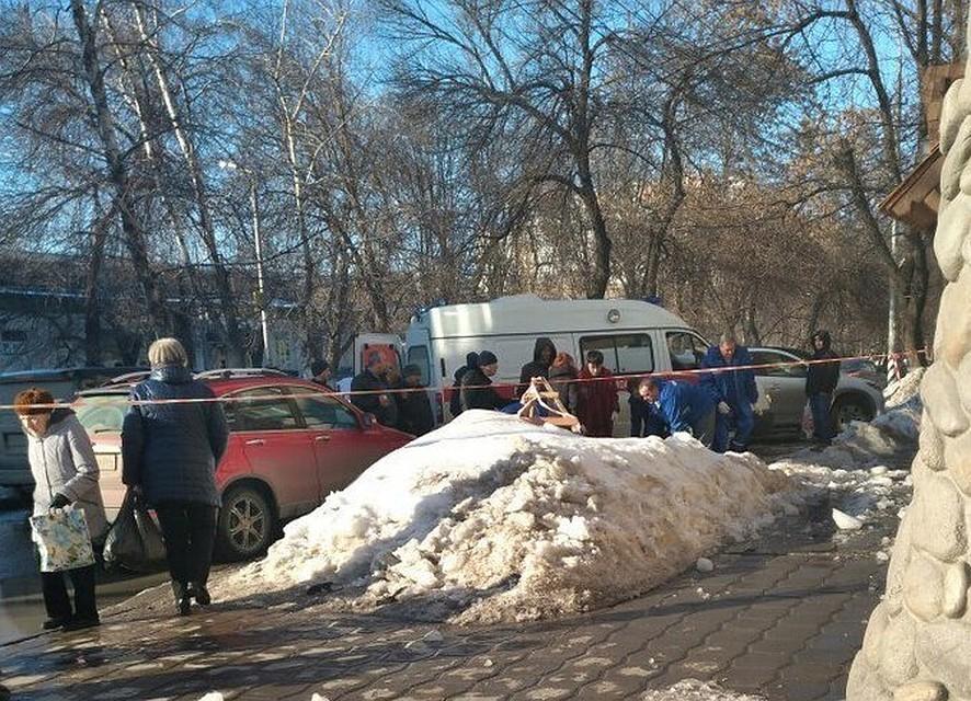 Вцентре Саратова женщину придавило снежной лавиной скрыши