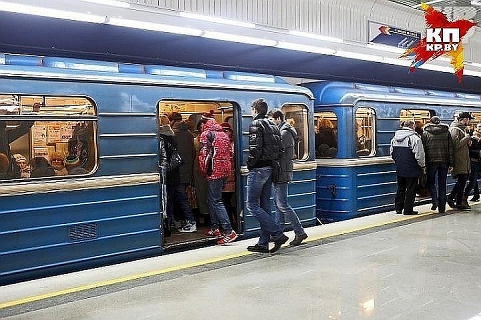 Настанции метро «Купаловская» нарельсы упал человек
