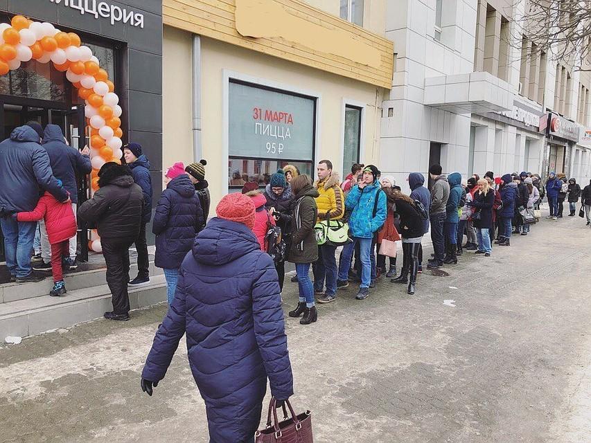 Граждане Екатеринбурга встали в огромную очередь запиццей