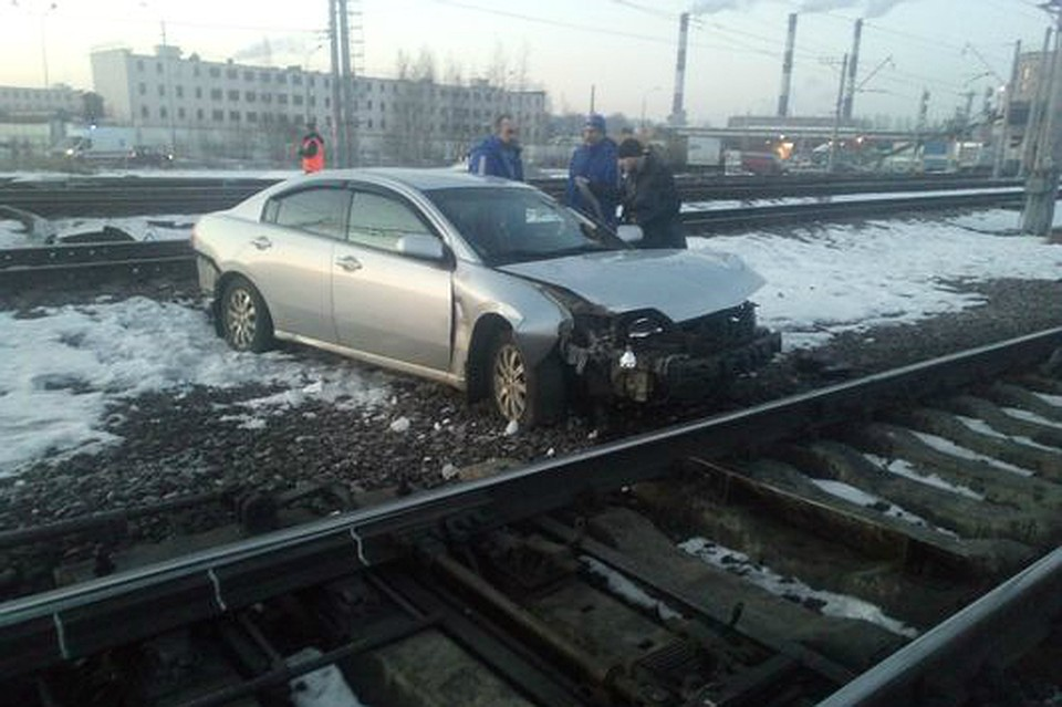 ВНевском районе Петербурга иностранная машина оказалась нажелезной дороге